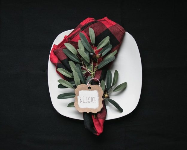 Christmas-table-setting-unsplash